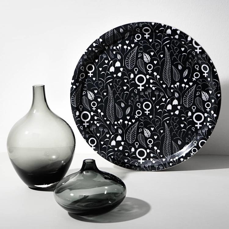 Feministbricka / blomsteräng / svart / 31 cm