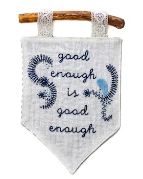 Good enough i vitt - Handbroderad vimpel med budskap