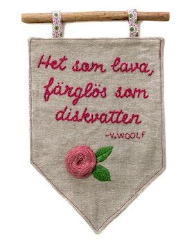 Diskvatten - Handbroderad vimpel med citat av Virginia Woolf