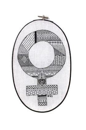 Feministsvartsticket - Handbroderad venussymbol monterad i oval sybåge