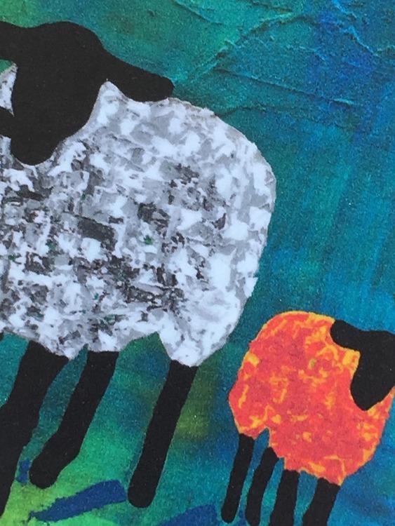 Närbild på fårtrycket på glasunderläggen i 9x9 cm-stl. Grått får. Orange får. Gotlandsfår på ett konstnärligt sätt av C.Brüggmann.
