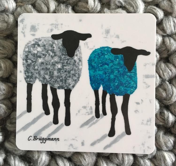 Grå får på glasunderlägg. Blå-turkosfärgat får på glasunderlägg. Design av C.Brüggmann. Fårkonst inspirerad av Visby på Gotland.