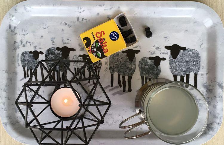 Frukostbricka med grå får. Fåren är målade av C.Brüggmann som inspirerats av fåren på Gotland där hon tidvis bor. C.Brüggmann är konstnär från Helsingborg.