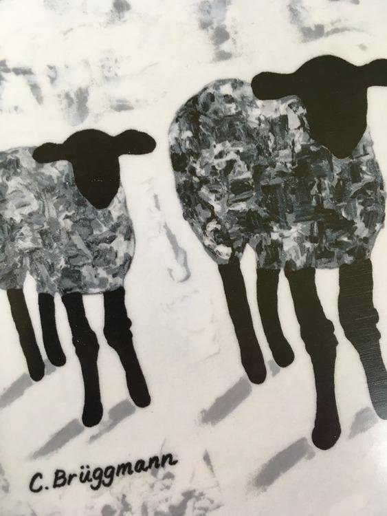 Grå får på bricka i stl 33x21 cm. Svensk design till köket tex av C.Brüggmann. Tillverkad bricka i Sverige av miljövänlig björk från skandinavien.