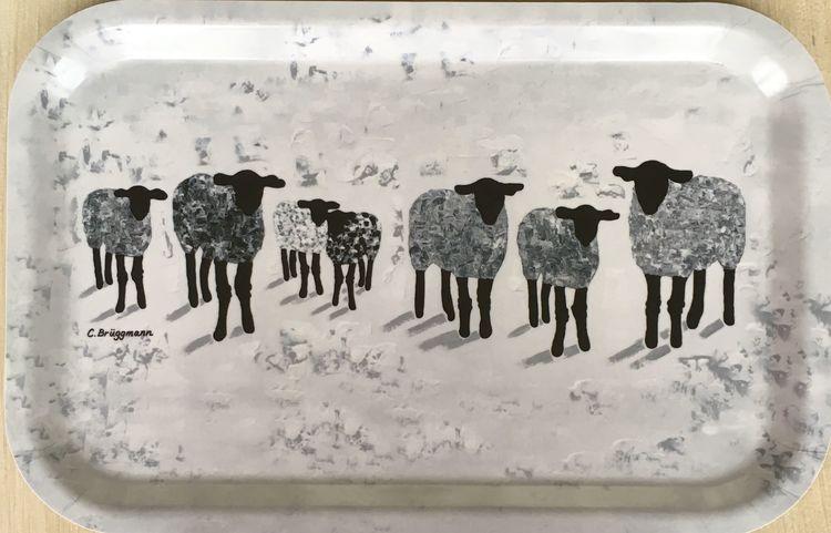 """Snygg bricka med konstmotiv från C.Brüggmanns originalmålning """"Gotland Fårever"""". Tålig bricka som håller länge. Miljövänlig bricka gjord av skandinavisk björk."""