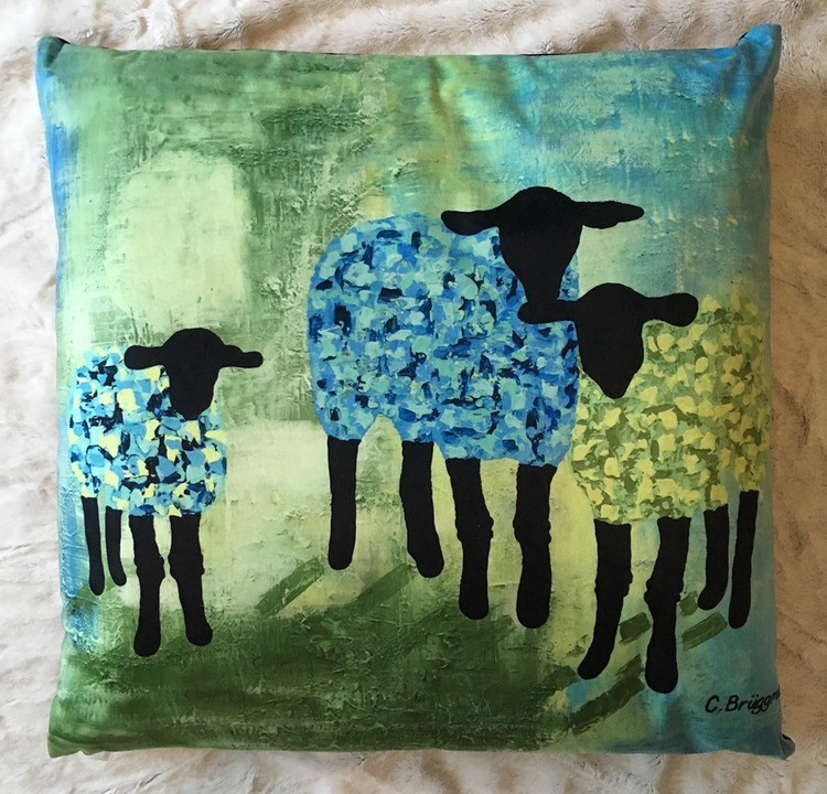 Designprodukter av C.Brüggmann. Designkudde med färgglada får. Mjuka kuddar till soffan!