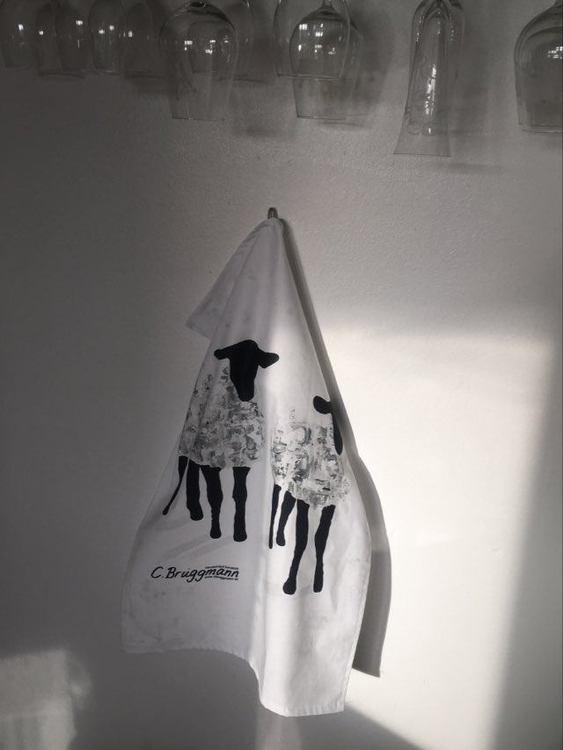 Fårhandduk designad av svensk konstnär. Fårmotiv med inspiration av Visby och Gotland i stort.