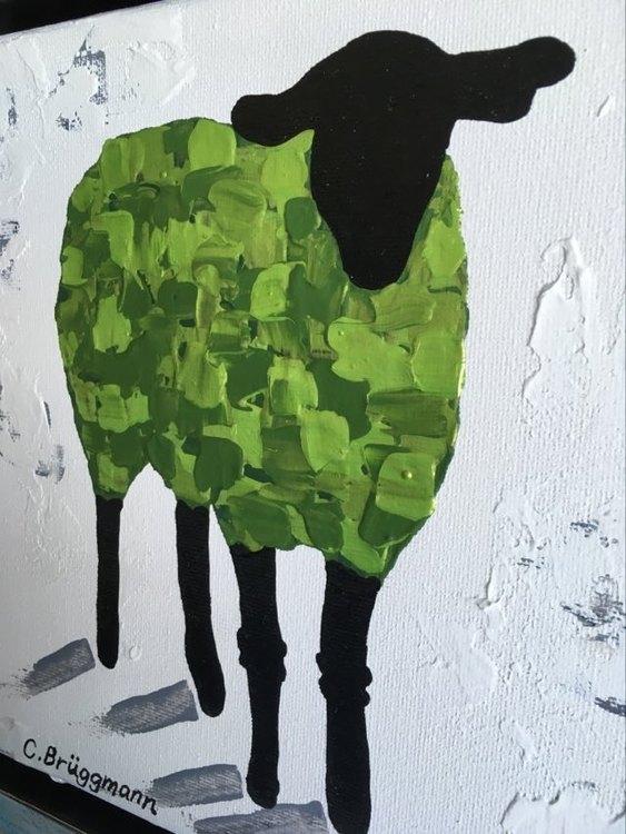 Färgglad liten tavla med får som du kan ställa eller hänga i princip var som helst. Glad grön färg.