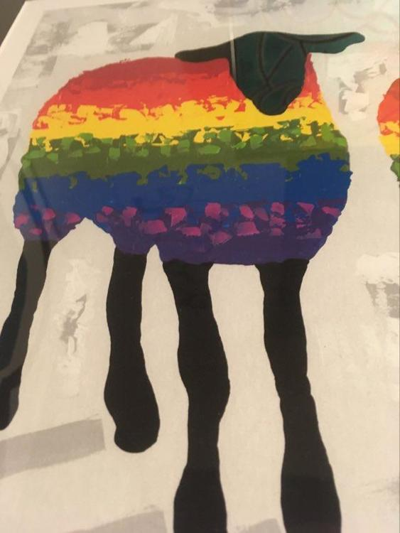 Färgglada tavlor med får av C.Brüggmann. Regnbågskonst för alla som står för allas lika värde.