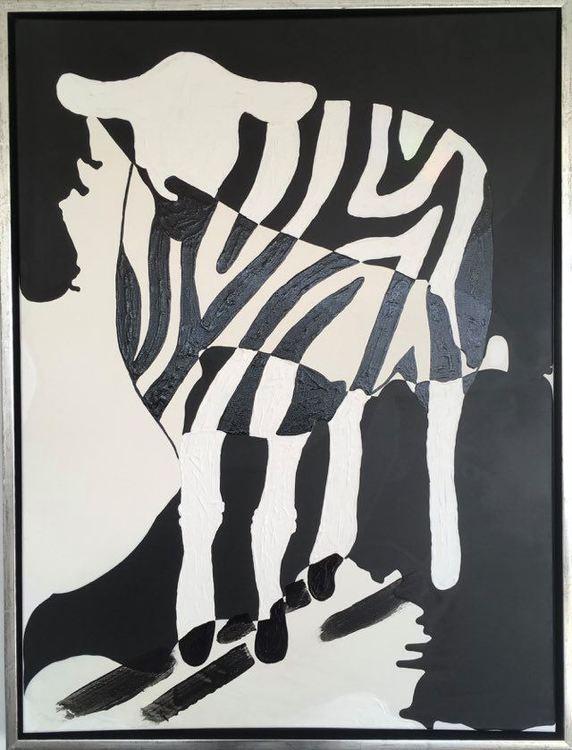 Svart/vit stilren konst. Fårtavla med zebramönster. Fårkonstnär C.Brüggmann har lekt med olika djurmotiv.