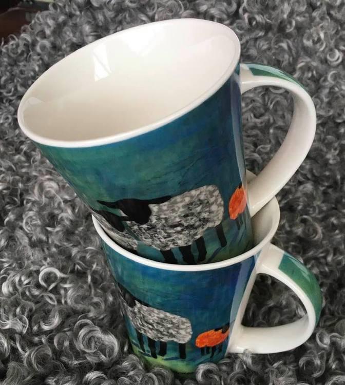 Snygga kaffekoppar i mellanstorlek. Snygga tekoppar till ditt väldoftande varma te. Fårmotiv är tryckt på dessa muggar.