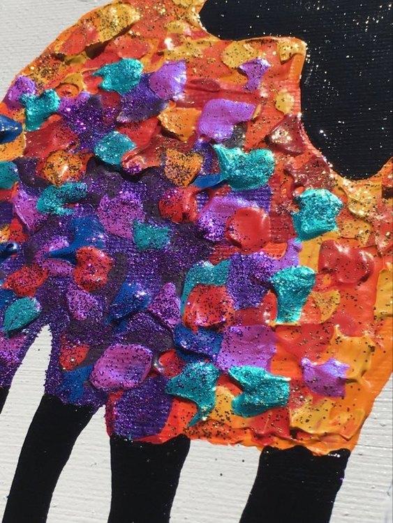 Tavla med glitter i många olika färger och med fårtema inspirerad av Visby och Gotland.