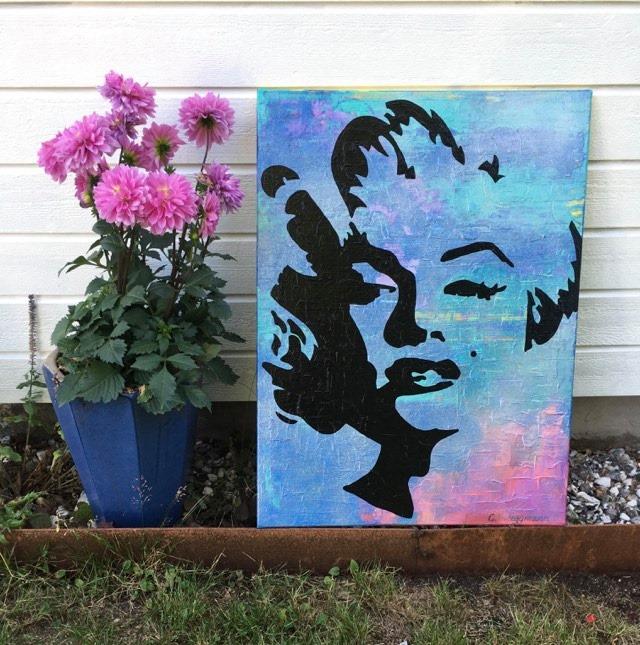 Inred ditt hem med konst och matchande blommor tex. Här har C.Brüggmann målat Marilyn Monroe.