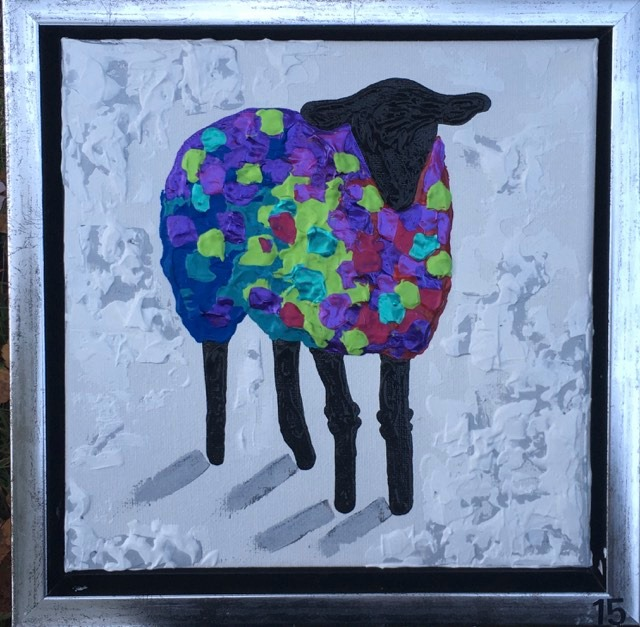 Glada färger i denna fårkonst. Massa fårsaker finner du på C.Brüggmanns hemsida, www.cbruggmann.se