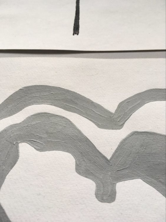 Detaljbild på ett stilrent hjärta i collage-tavlan av C.Brüggmann. Grå-vit-svart tavla.