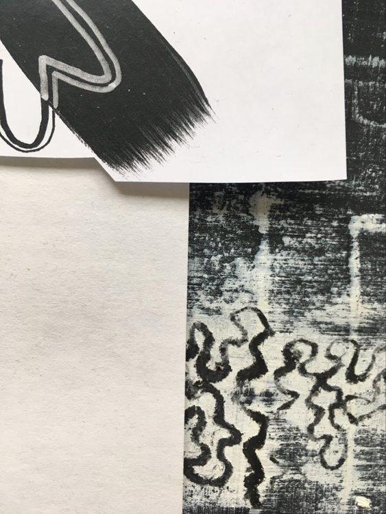 Collage-teknik på tavla av C.Brüggmann från Helsingborg. Svart och vitt omvartannat.