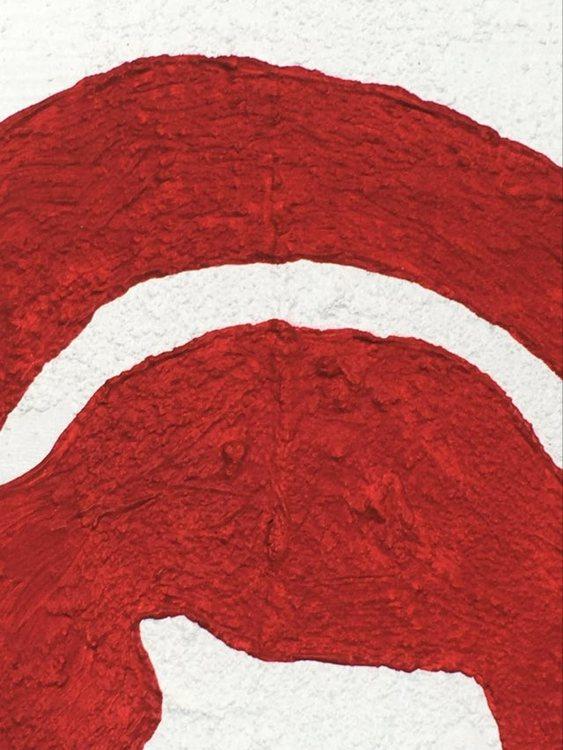 Detaljstudie av ett rött konsttryck som härstammar från en originalmålning av C.Brüggmann.