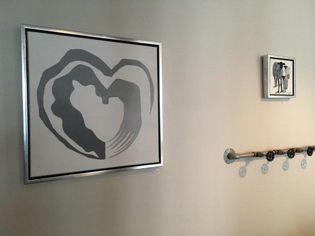 Inred med stilrena tavlor i vacker miljö. Här två grå originaltavlor bredvid varandra målad av konstnär från Helsingborg.