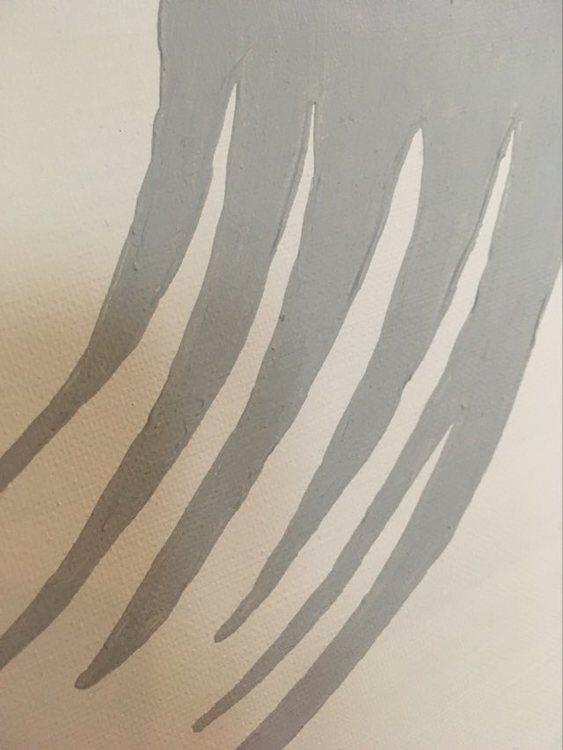 Närbild på en stilren originalmålning i grå nyanser. Hjärtmotiv av nutidskonstnären C.Brüggmann.