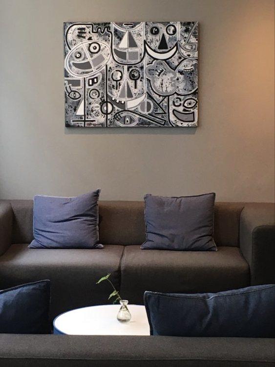 Svensk stilren konst att hänga i ditt sovrum, konst till vardagsrummet eller köket. Denna svart-vit-gråa tavla passar överallt.