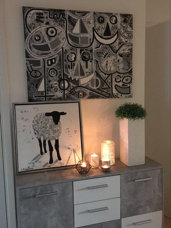 Inredningstips borde alltid inkludera konst! Originalmålningar som förhöjer ditt hem! Glada tavlor.