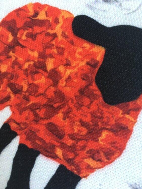 Röda får finns på dessa kuddfodral med Gotlandsmotiv, eller fårmotiv rättare skrivet. Designern älskar gotlandsfår.