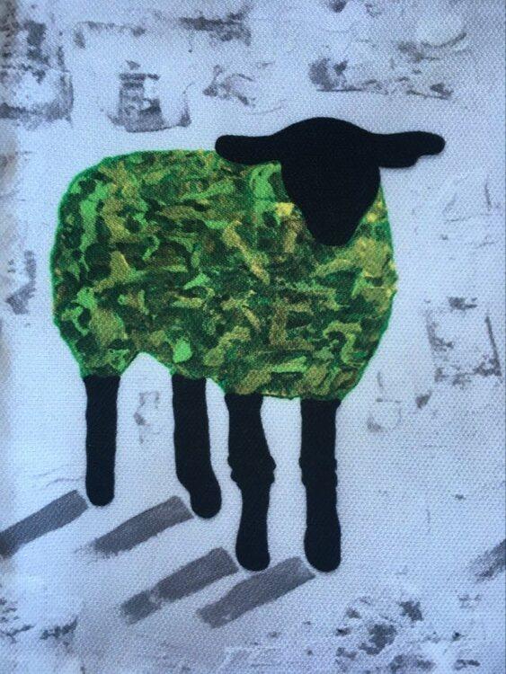 Gröna får finns på kuddar designade av C.Brüggmann från Helsingborg men som även huserar på Gotland på somrarna.