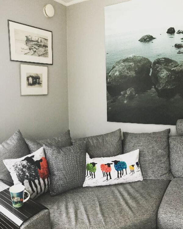 Inred med svensk design. Kuddar till soffan, sängen eller fåtöljen. Nytt hem, nya inredningsdetaljer.