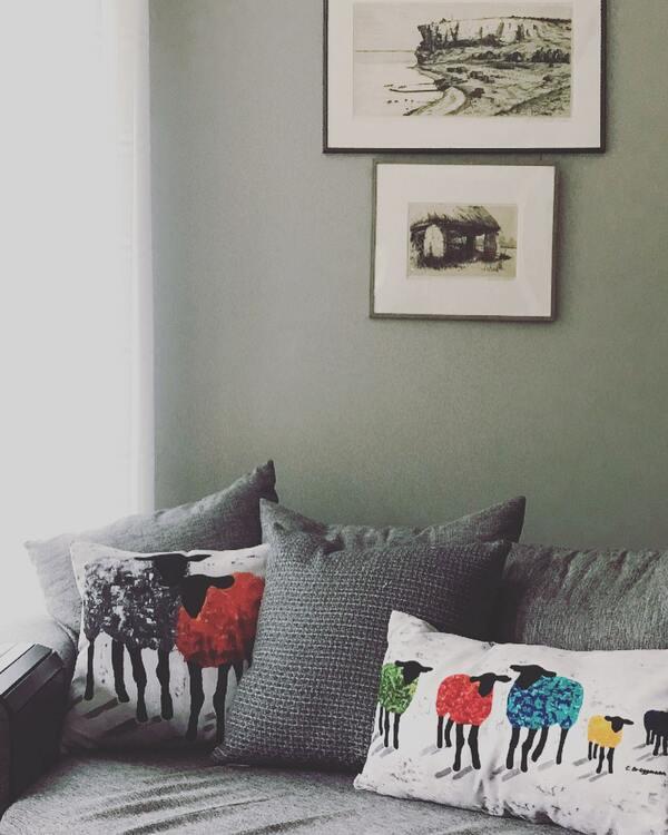 Förhöj snyggheten i ditt hem med inredningsdetaljer som gör skillnad. Här färgglada unika kuddar.