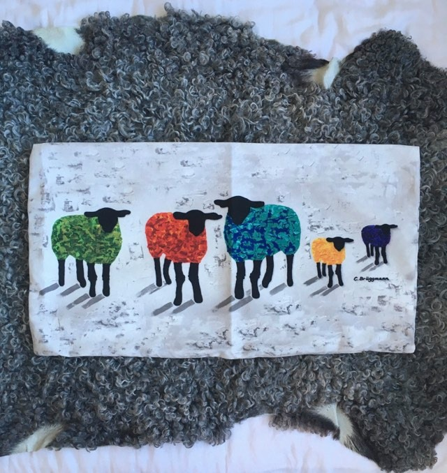 Kuddfodral med färgglada får. C.Brüggmann är känd för sina gotländska fårmotiv.
