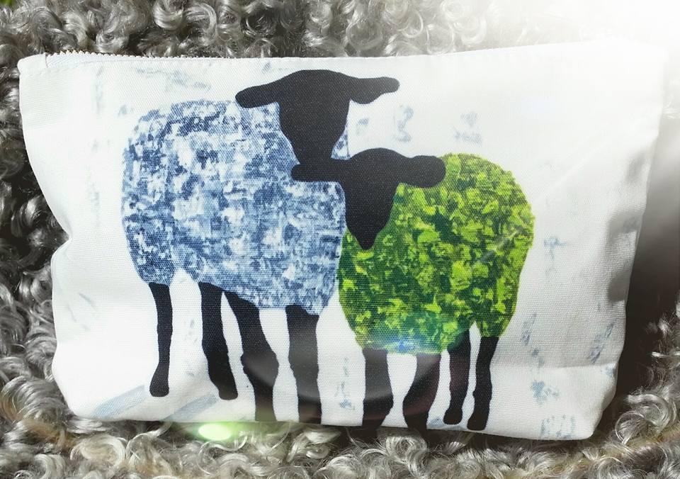 """Necessär med får, design av C.Brüggmann. Fårnecessär från cbruggmann.se . Konst på necessär. Konstnecessär C.Brüggmann """"Gotland Fårever"""""""