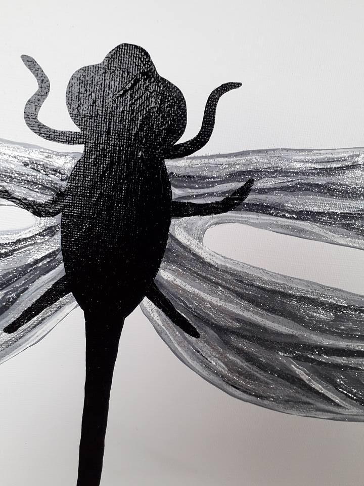 Närbild på tavla med trollslända, målad av svenska konstnären/designern C.Brüggmann.
