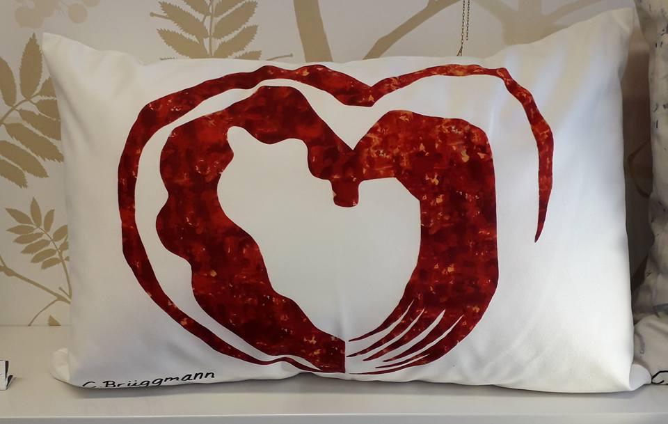 Hjärtkudde i design av C.Brüggmann. Hjärtkuddar förhöjer soffan. Kudde med hjärta av cbruggmann.se