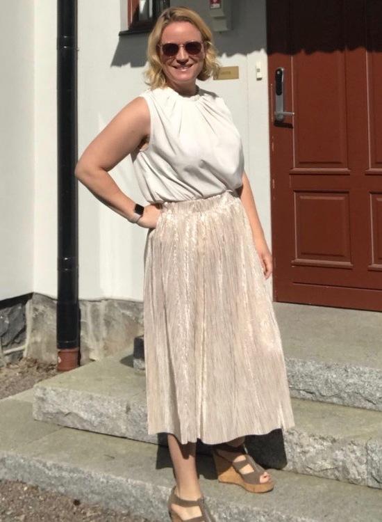 Blus/topp Pauline creamvit med vacker plisserad krage. Bild på toppen instoppad i kjol, storlek 42.