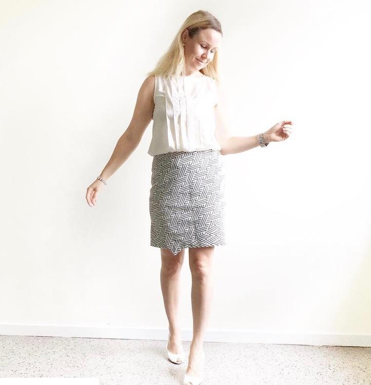Blus/topp Alexandra creamvit med vackra veck i två nyanser på framsidan. Bild på topp instoppad i kjol. Storlek 36.