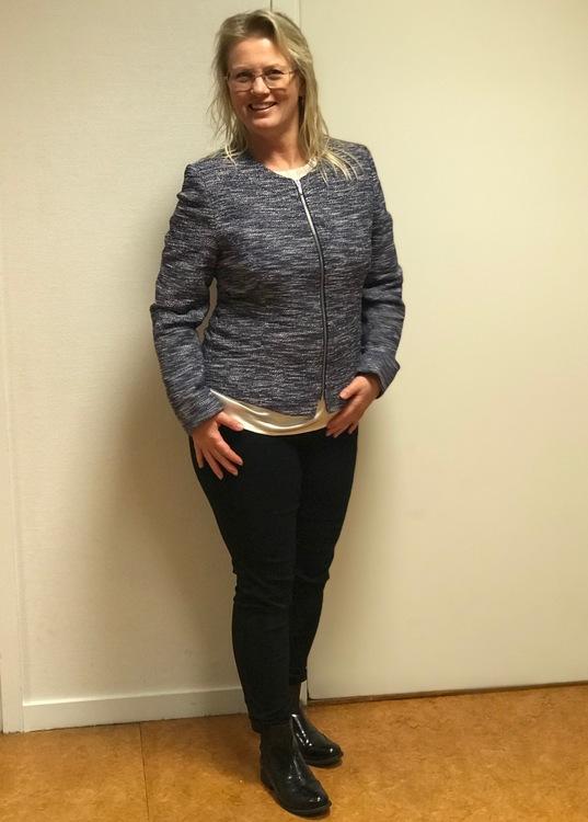 Jacka/kavaj Karin blå med silvertråd. Vackert sydda sömmar som löper runt jackan. Helbild på modell i storlek 40.