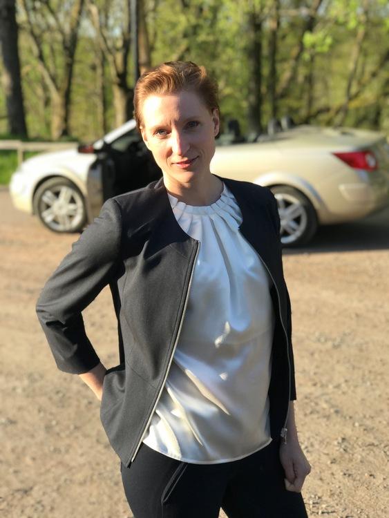 Blus/topp Pauline i vit satin med vacker plisserad krage. Bild på toppen med jacka över i storlek 36.