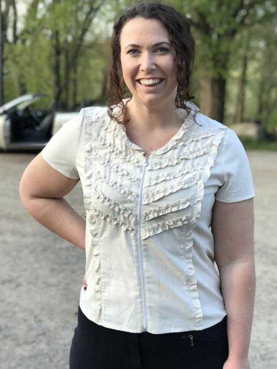 Skjorta/blus Sophie i 100% BCI bomull. I naturlig färg och med kort ärm. Bild framifrån i storlek 46.