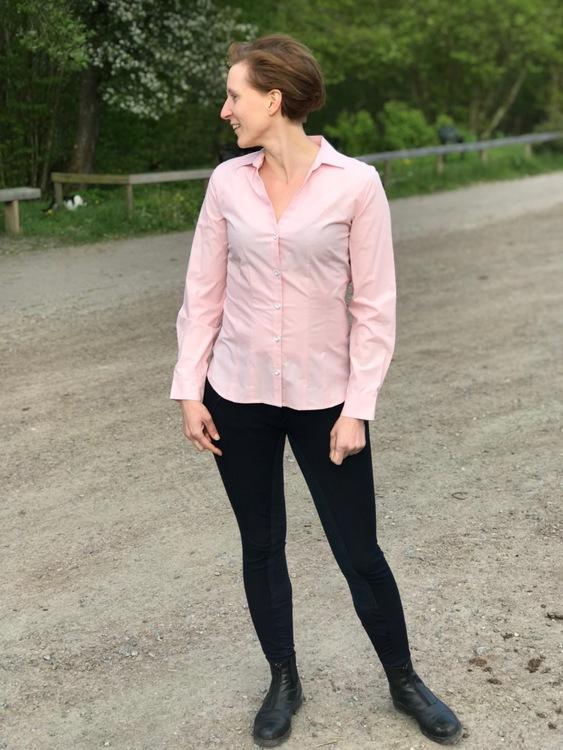 Skjortan Lina rosa i 100% GOTS bomull. Söta metallknappar. Bild framifrån i storlek 36.