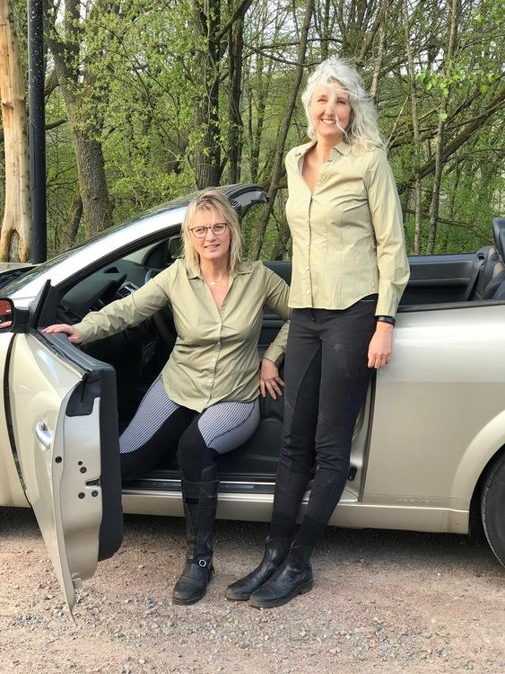 Skjortan Lina mossgrön i 100% GOTS bomull. Söta metallknappar. Bild på 2 modeller i storlek 40.