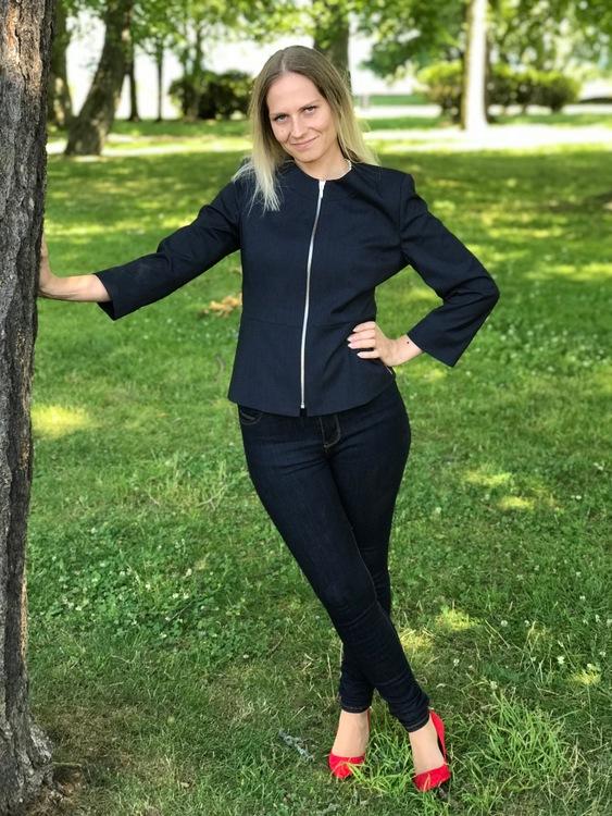Karin marinblå jacka med 3/4 ärm.
