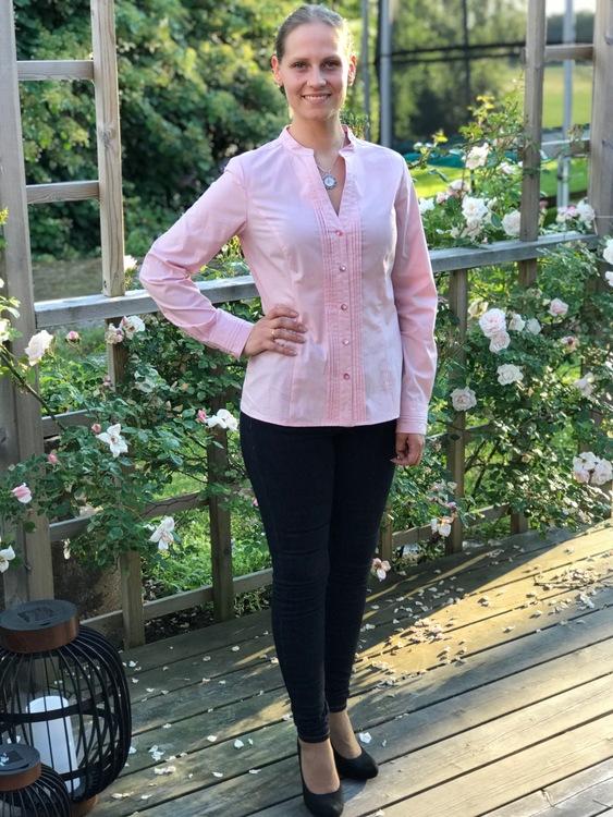 Skjortan Lotta rosa. Bild framifrån.