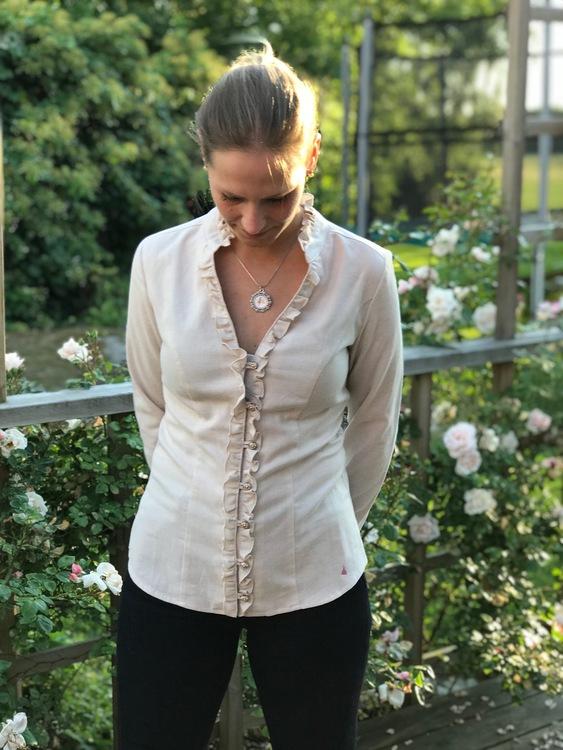 Skjorta Lena i naturlig bomullsfärg.