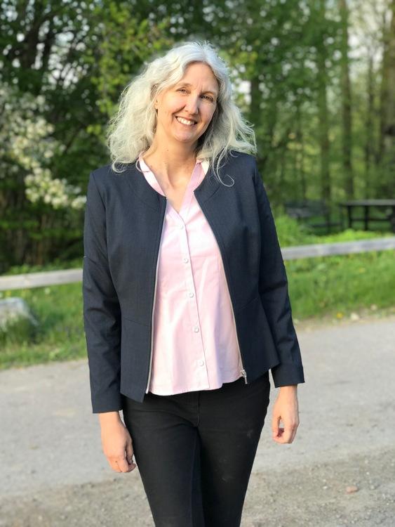 Jackan Karin marinblå och skjortan Lina rosa.