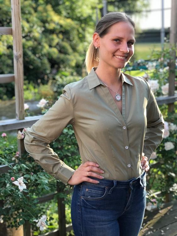 Skjortan Lina mossgrön med metallknappar i form av en blomma.