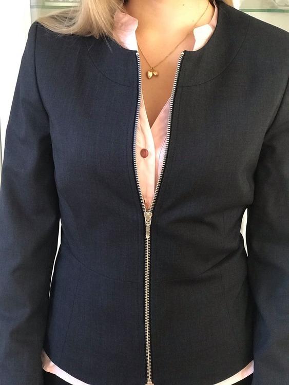 Närbild på jackan Karin med skjortan Lotta rosa.