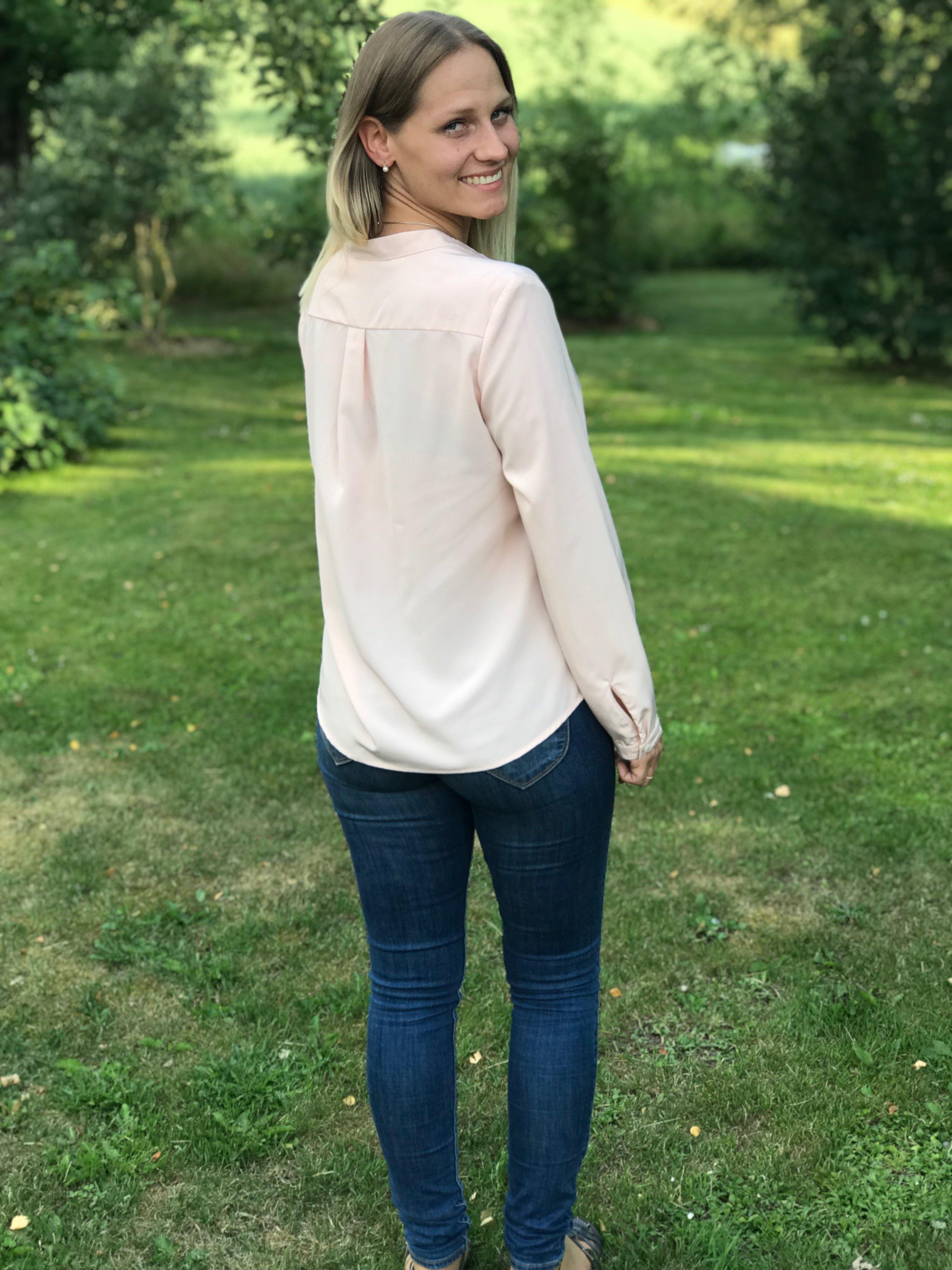 Blusen Isabelle gammelrosa i Oeko-Tex märkt polyester. Med vacker farfarskrage och pärlemorknappar. Bild bakifrån i storlek 36.