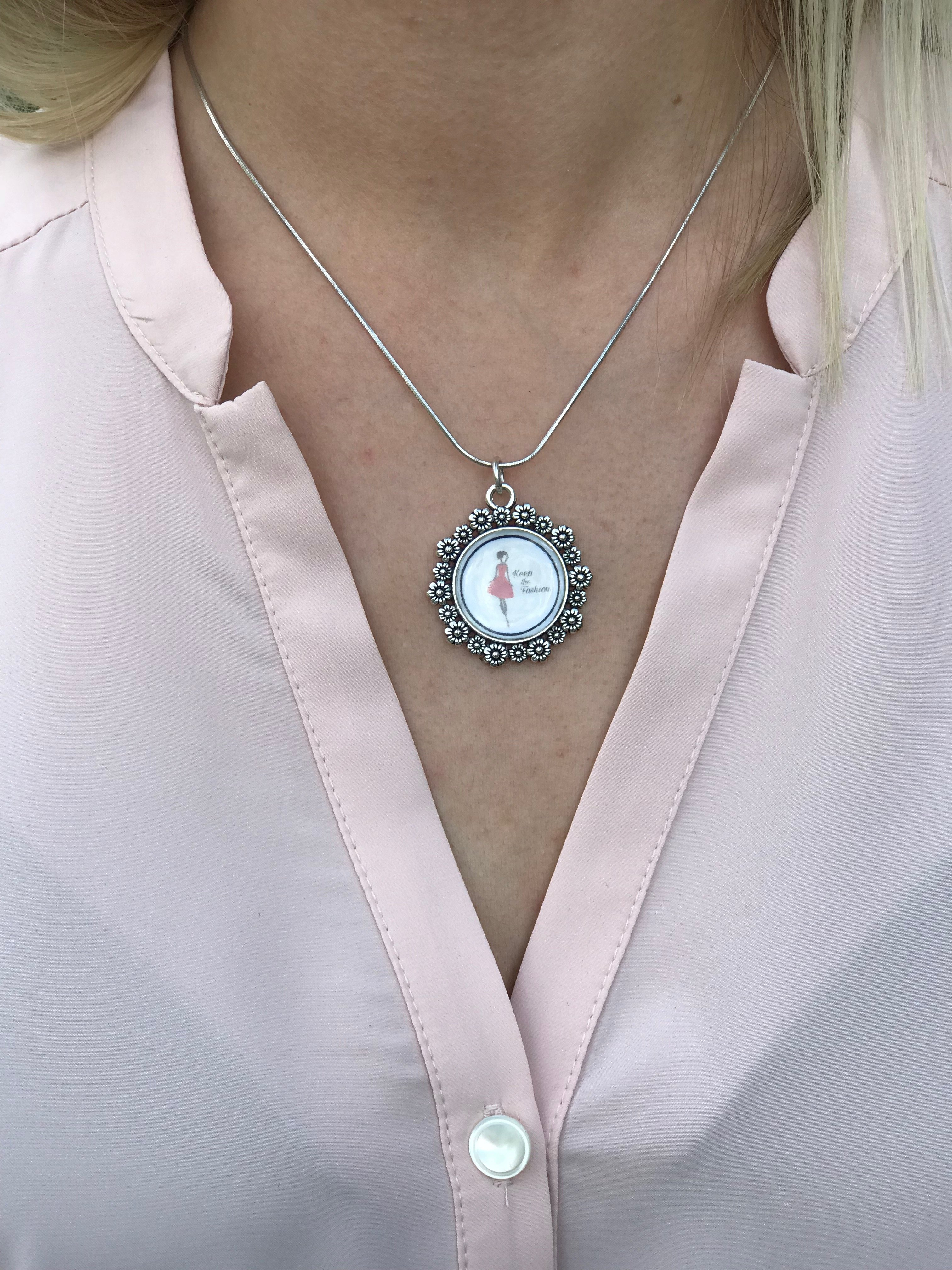 Blusen Isabelle gammelrosa i Oeko-Tex märkt polyester. Bild på halsringning.