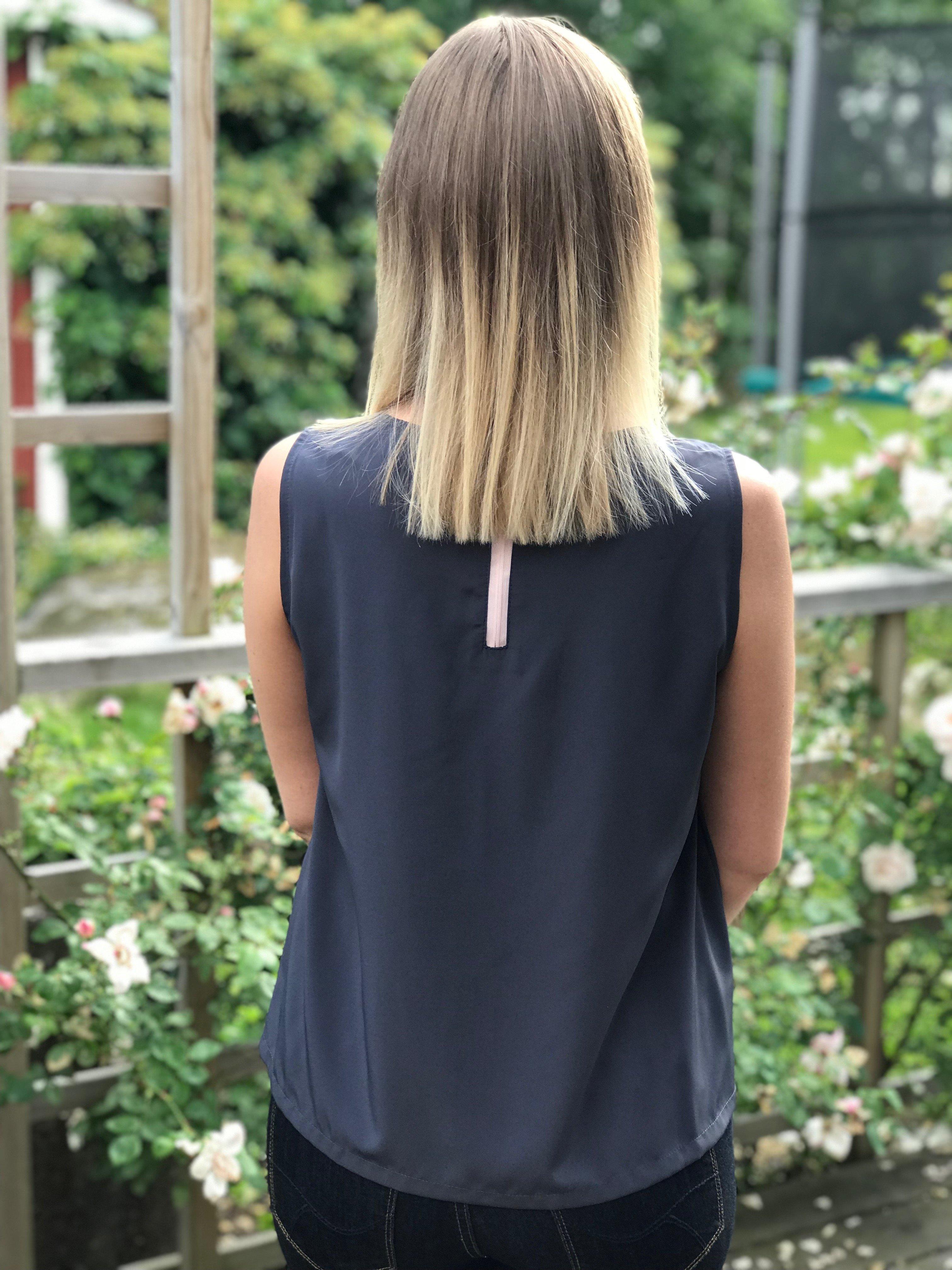 Alexandra blågrå med rosa dragkedja i nacken med fin hängare. Bild bakifrån i storlek 36.
