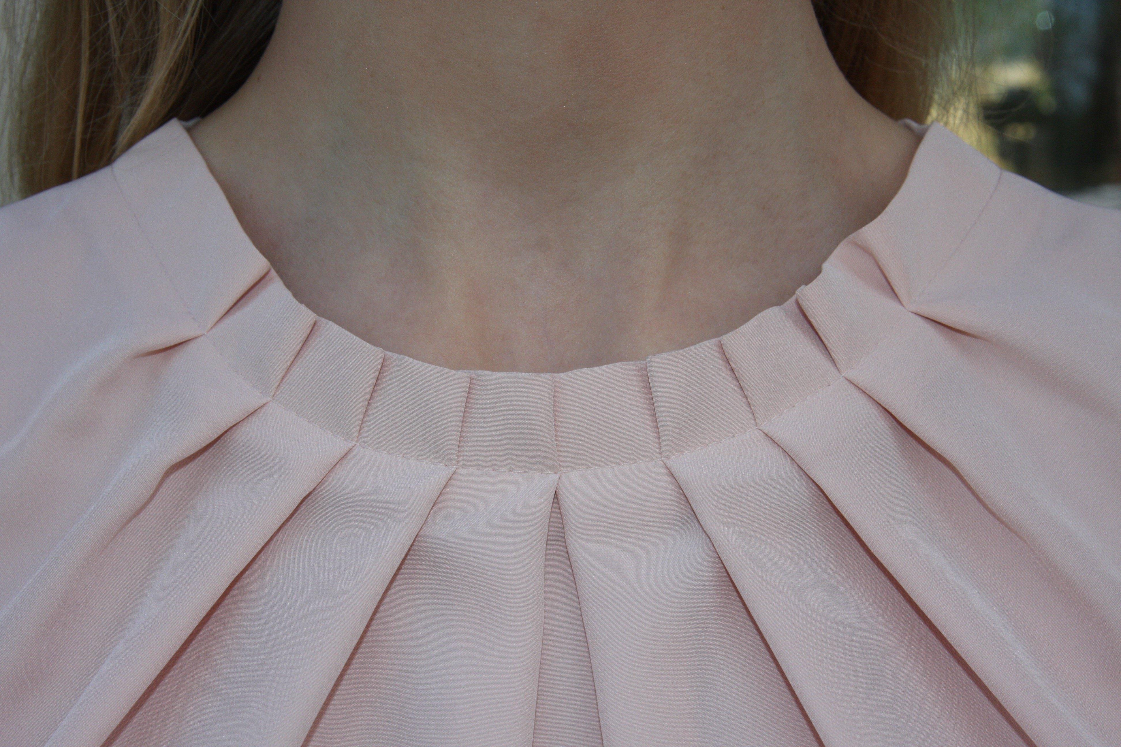 Blus/topp Pauline gammelrosa med vacker plisserad krage. Bild på krage framifrån.
